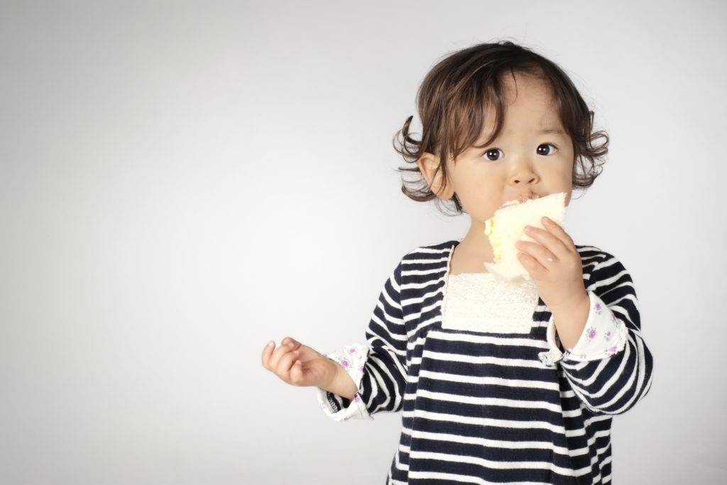 大人と同じものを食べる幼児