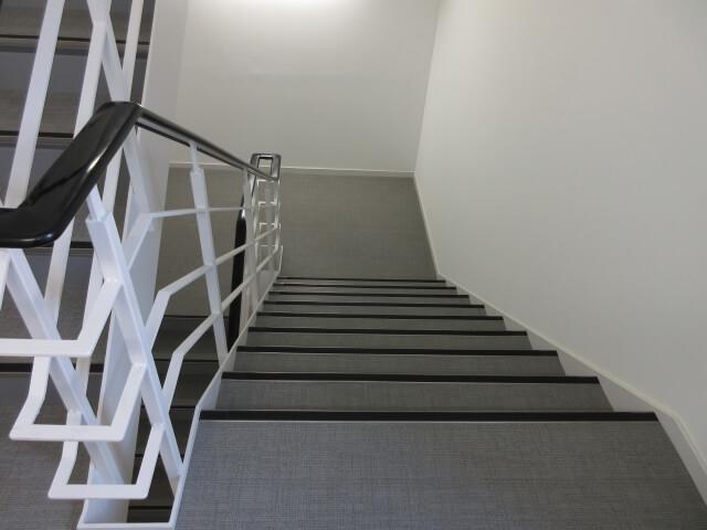 オフィスビルの階段