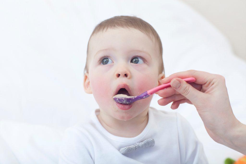 離乳食と食べる赤ちゃん