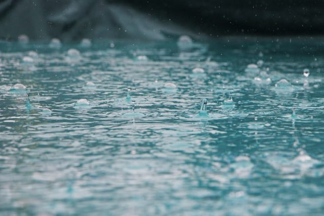 雨が打ち付ける地面