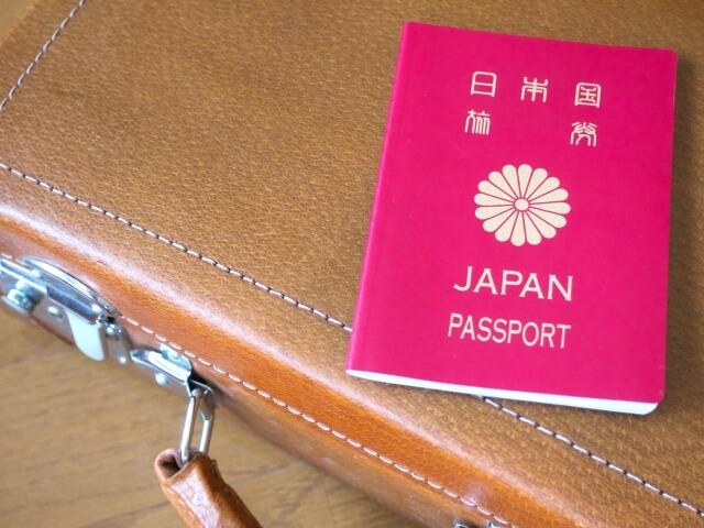 パスポートと旅行かばん