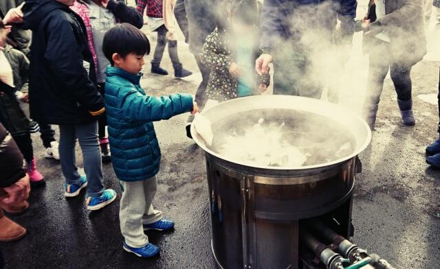 炊き出し訓練に参加する子供