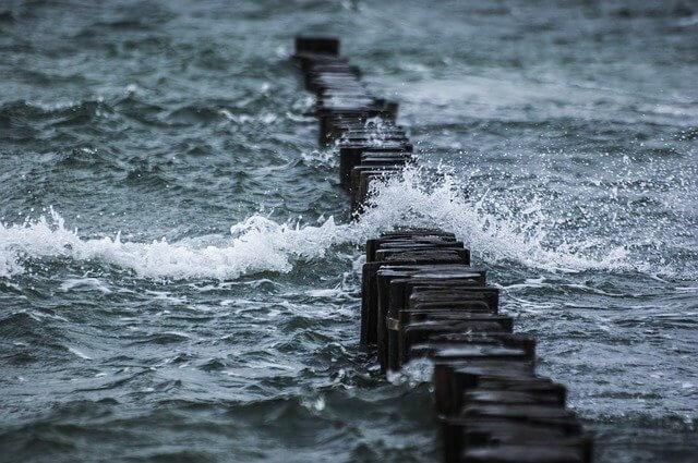 風が強い海