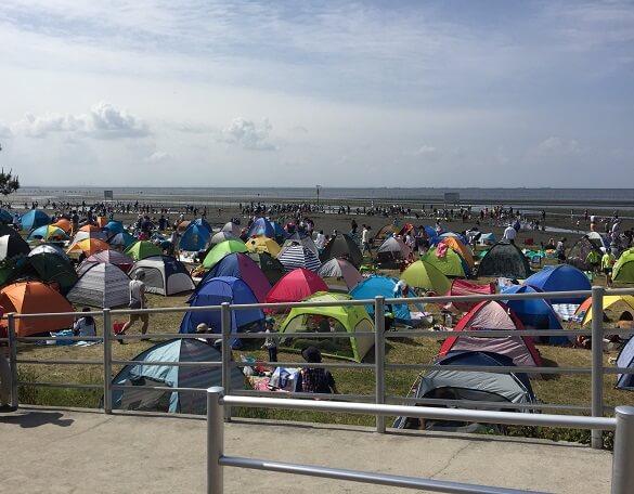 たくさんの簡易テント