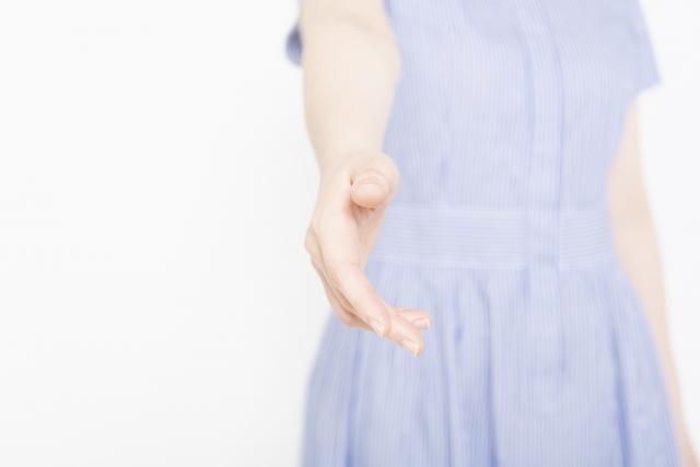 手を差し伸べる女性