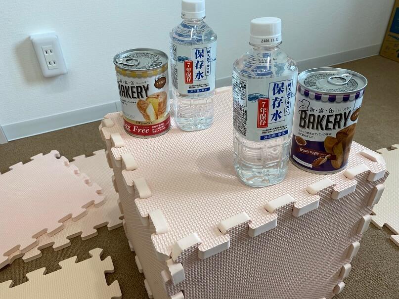 テーブルと座布団代わりのパズルマット