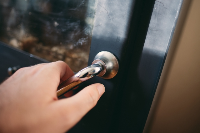 玄関を開ける手