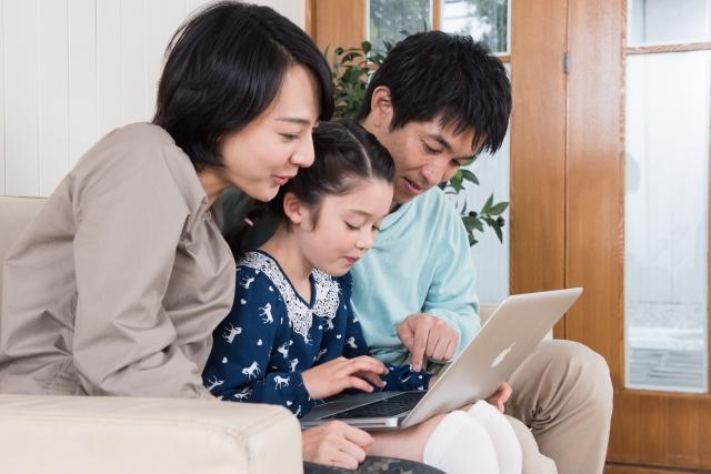 家族でウェブサイトを確認