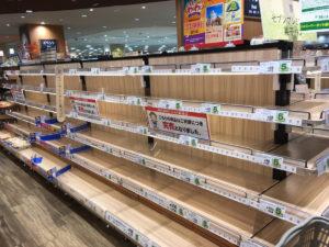 空っぽのスーパーの棚