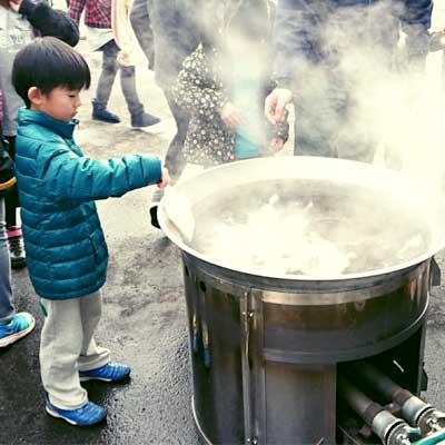 炊き出しに参加する子ども