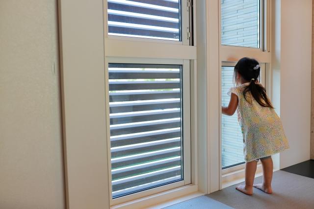 窓を覗き込む子ども