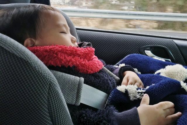 車で寝る子ども