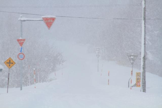 大雪の道路