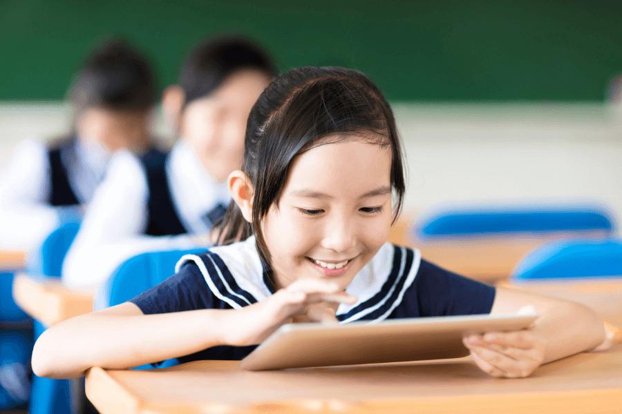 教室でタブレットを触る女の子