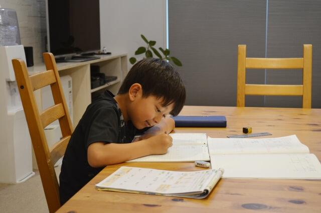 家で宿題をする男の子