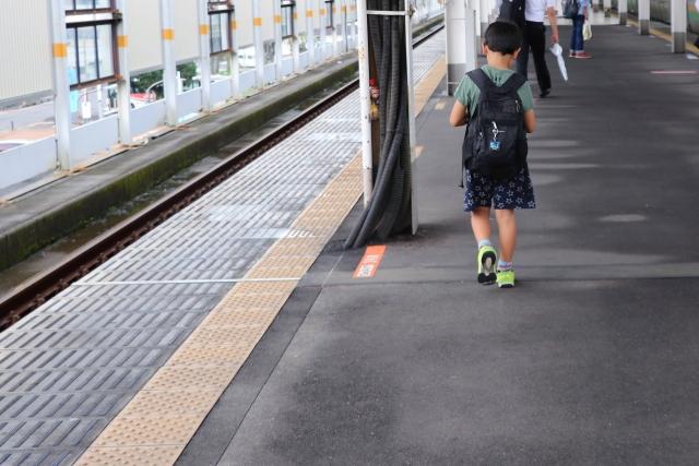 駅のホームを歩く男の子